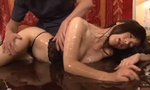 イタリアン高橋/ エロメンセラピストが媚薬入りオイルをたっぷり塗ってマッサージ!感じすぎてセラピストを求め感じまくる女性客♡ Pornhub