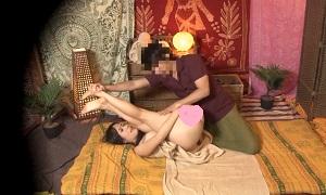 タイマッサージ/ タイ人マッサージ師に恥ずかしい格好でマッサージされ興奮した巨乳お姉さんが自ら腰を振って何回も逝っちゃうドキドキSEX Pornhub